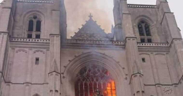 горит собор Франция