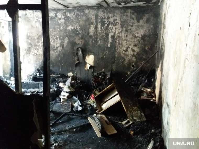 Выгоревшая квартира, с которой начался пожар в доме на Рассветной, 7 в Екатеринбурге