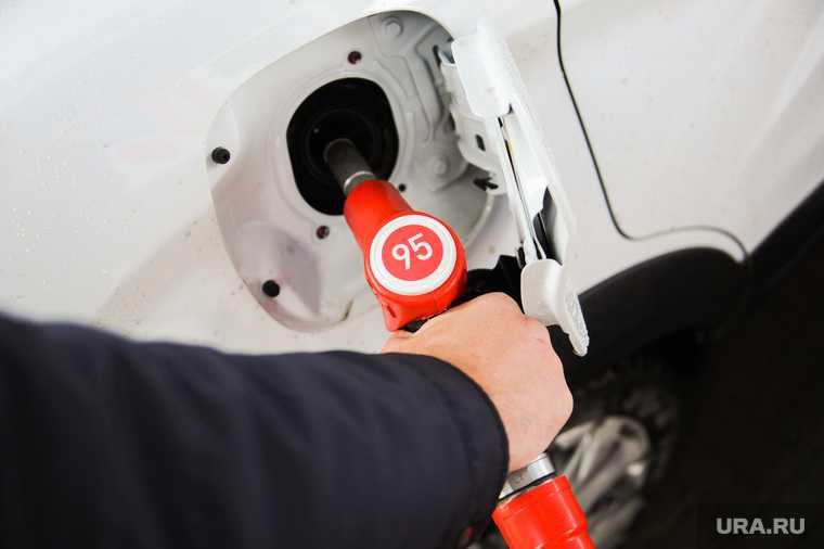 в соцсетях ужаснулись бензину за 100 рублей и очередям на АЗС