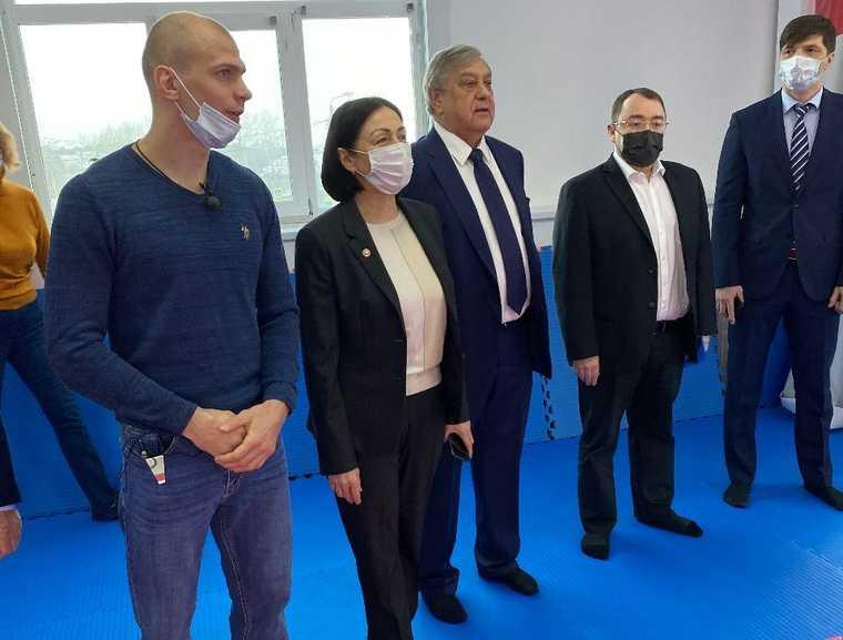 Мэр Челябинска и зам Текслера пришли в гости к олимпийцу. Фото